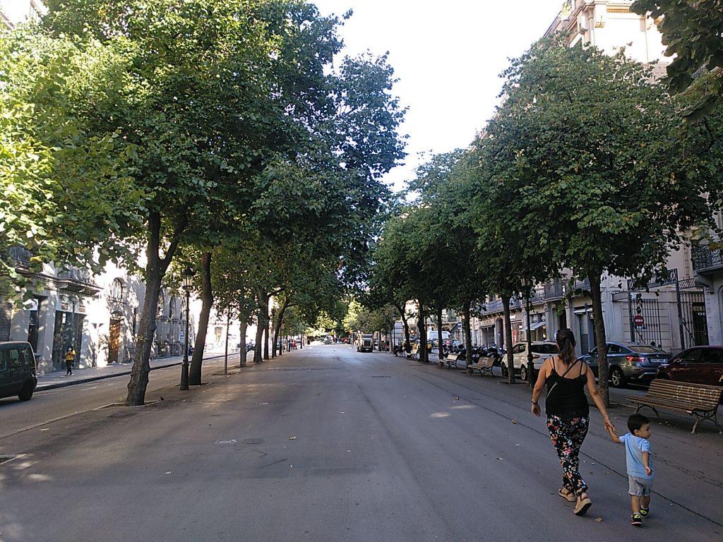 Mãe caminha com criança em passeio vazio em Barcelona
