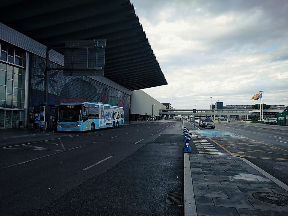 Vista da entrada do aeroporto em Barcelona, com a rua deserta